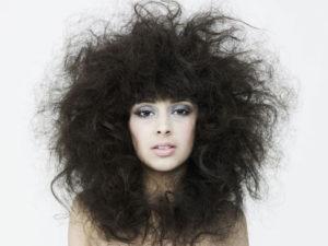 cómo evitar el cabello encrespado